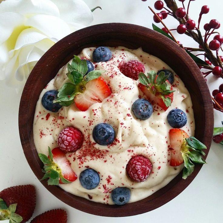 La versión bowl del smoothie es perfecta para desayunar en casa. Como ésta de helado de plátano con almendra y fruta fresca. Para prepárarlo sólo necesitas: 4 plátanos congelados; 1 cucharada de mantequilla de almendra; 1 paquete de yogurt griego sabor vainilla; leche de almendra sabor vainilla; frutas al gusto. Mézclalo todo en la licuadora, menos la fruta fresca, esa agrégala al final.