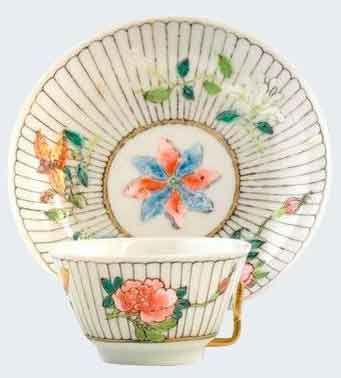 Bol a thé peint dans les émaux de la famille rose en porcelaine de Chine de la compagnie des Indes d'époque Yongzheng Peint dans les émaux de la famille rose à décor floral.