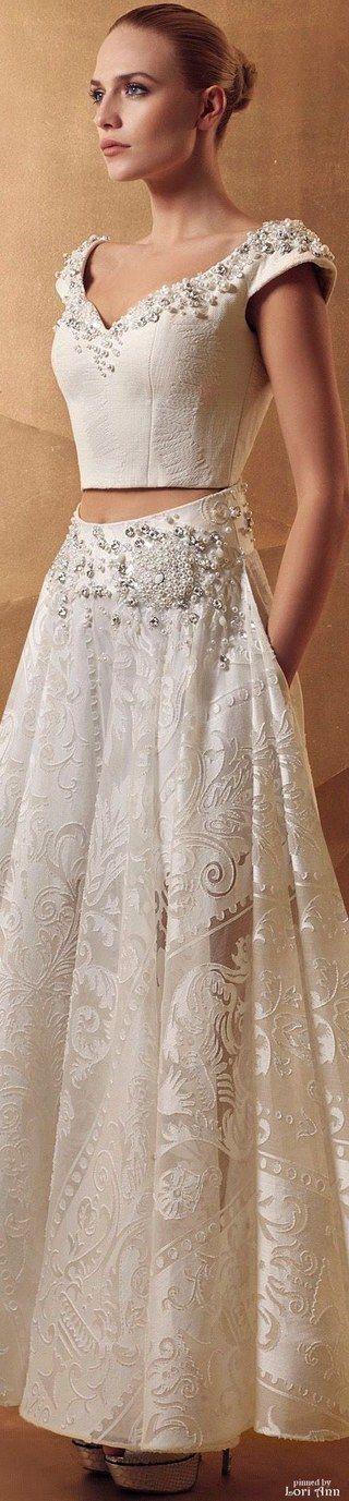 Já faz tempo que usar top cropped não é mais exclusividade do look do dia. Na hora de subir no altar, inclusive, várias noivinhas vêm abandonando os vestidos clássicos...