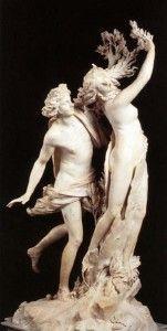 """APOLO Y DAFNE de Bernini (1622/5). Mármol. Estilo Barroco. En este grupo escultórico, Bernini traduce la fábula recogida en las """"Metamorfosis"""" de Ovidio, sobre la mutabilidad de la naturaleza y el hombre. Con un incomparable virtuosismo técnico ilustró el instante en que los miembros de Dafne se transforman en dura corteza y ramas de laurel; además las superficies pulidas subrayan la tensión emocional entre el estupor de Apolo y el horror de Dafne."""