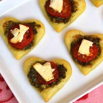 Coeurs feuilletés au pesto, tomate et feta : 50 recettes avec des tomates cerise - Journal des Femmes