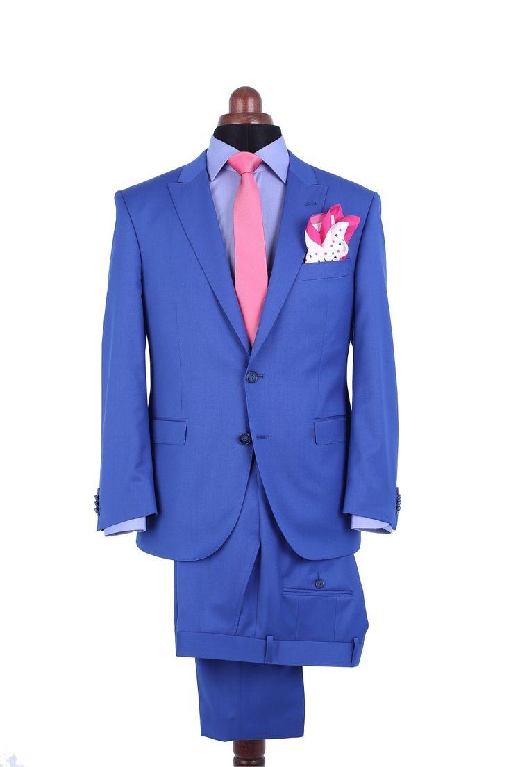 Costum MIX & MATCH HARVARD + COOPER Un costum de culoarea albastru electric - frumos, elegant, potrivit și la ocazii speciale. Acesoriile roz propuse de noi conferă un aer de extravaganță acestui outfit. Sacoul și pantalonii sunt croiți separat, astfel aveți posibilitatea să combinați mărimi diferite. Stofa provine de la șesătoria CERRUTI din Italia.