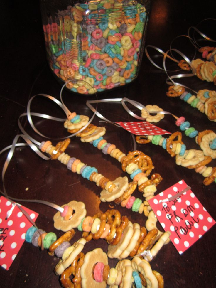 kids snack necklaces - fun. I would like to make these with the kids before we go to the Drive Inn Movie or on a road trip. My daughter made these for a class project in 2nd grade where they had to give a how to report-  she used licorice for the string and they were a huge hit. :)