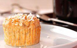 Sur mangerbouger.fr Préchauffer le four à 200 °C. Couper les fruits de la passion, récupérer la pulpe, puis filtrer pour retirer une partie des graines. Dans un saladier, mélanger la farine, le sucre, la noix de coco, le sachet de levure chimique et une pincée de sel. Dans un second récipient, verser le jus des fruits de la passion, les graines mises de côté, le beurre fondu et les œufs. Ajouter cette préparation à la pâte et mélanger. Remplir les moules à muffins et mettre au four 25 min.