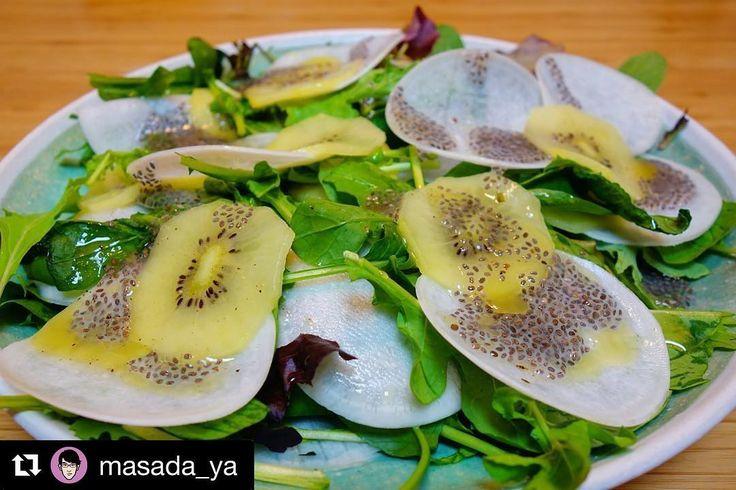 #Repost @masada_ya  晩御飯まずはカブとキウイフルーツのサラダベビーリーフ薄くスライスしたカブにチアシードをトッピングしてドレッシングをまわしかけて完成 #meallog #food #foodporn #tw #作