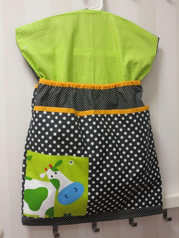 kapsář+s+kravičkou+-+zelená+kapsář+na+ramínko+je+dvojitý,+ramínko+se+navléká+spodemjako+do+šatů,+material+je+dovozový,+jedna+strana+má+velkou+kapsu+a+druhá+celkem+3+kapsy.+Kapsy+jsou+lemované+-+různé+barvy.Základ+bílé+puntíky+na+černém+a+zeleném+podkladu+sobrázkem+kravičky+a+barevných+lemůtvoří+efektní+barevnou+kombinaci.+Ke+kapsáři+ve+stejné+kombinaci...