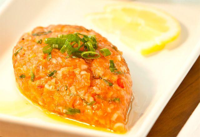Kibe Cru de Salmão    800 grs de salmão picado na faça 200 grs de trigo branco de molho por 40 minutos Sal Hortelã  Pimenta a gosto  Azeite Prepara como quibe cru normal