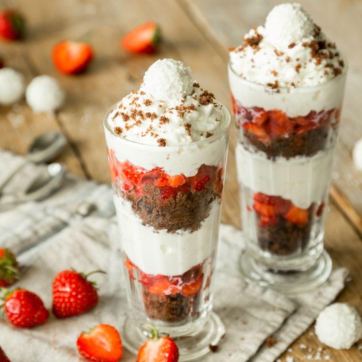 In Kombination mit saftigen Erdbeeren und einer Schicht aus schokoladigen Muffinstückchen präsentiert sich Raffaello von seiner allerbesten Sommerseite!