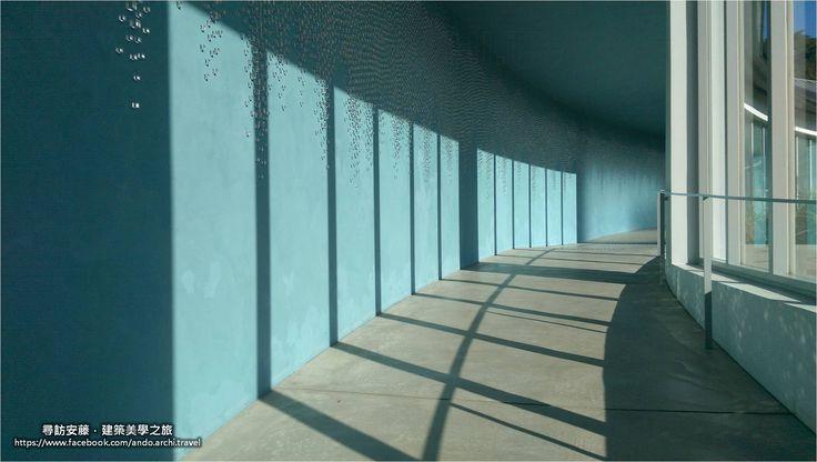 """#安藤忠雄 #安藤築跡 #建築美學之旅 #直島 #Benesse     """"Blind Blue Landscape"""" 是""""特雷西塔.費南德茲"""" (註) 在日本直島Benesse Art Site的 場域特定藝術裝置   3萬個手工製作的玻璃正立方型塊體 在曲線牆上像水珠般滑落下來 而近看每個方塊體的鏡面時 又像似一個個微型的畫像 反映出廊道外瀨戶內海的戲劇性景觀     攝於:安藤忠雄 """"Benesse House Park"""" 作品:Blind Blue Landscape     - - - - - - - - - - 註: 特雷西塔.費南德茲 (Teresita Fernández) 1968年生於美國的古巴裔美國人 2005年獲頒MacArthur Foundation Fellow獎學金 2011年被美國總統奧巴馬委任為美國聯邦美術委員會成員(US Commission of Fine Arts) 作品的特點是在感知的趣味及視覺的心理作用 其作品被許多國家著名藝術館納入典藏 並參與世界各地重要的藝術展覽"""