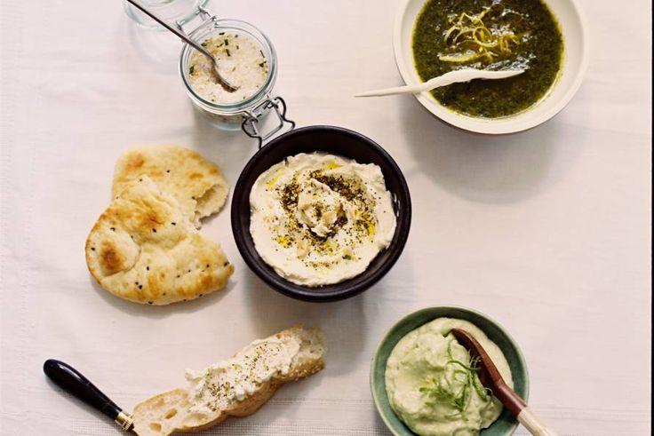 Happy Blue Monday! Kom uit je dip met deze brooddips die je 'gewone' stukje brood direct een vrolijk karakter geven - Recept - Allerhande