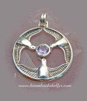"""Ihr Name bedeutet """"göttliche Königin"""".  Stevie Nicks hat einen bekannten Song über diese weise Göttin aus den keltischen Legenden geschrieben.   Rhiannon ist die Erschafferin der Vögel und Beschützerin der Pferde. Sie schenkt Schutz und befreit von Schmerz und Leid. Sie ist die Göttin der Inspiration und des Mondes. Sie wird von drei Vögeln begleitet, und wer der Gesang ihrer Vögel hört, schläft ein und erwacht frei von Schmerz und Leid. Das Amulett fängt dem Zauber und die Magie dieser…"""