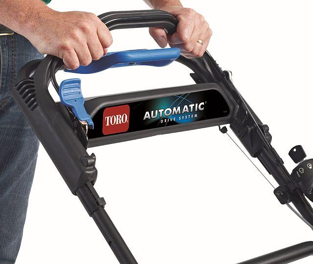 Sistemul de tracţiune AutoMatic® Toro  Acest sistem reglează automat viteza de deplasare a maşinii de tuns iarba la viteza dumneavoastră de mers. Pentru zone mult mai dificile cu teren accidentat, bara de asistare a tracţiunii ajută la controlul vitezei de deplasare.