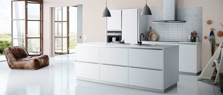 Een eenvoudige en minimalistische stijl met een witte Tinta ConversatieKeuken®. Je kunt je droomkeuken realiseren tegen verrassend lage prijzen. Klik hier