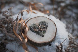 Подушечка для колец из деревянного спила