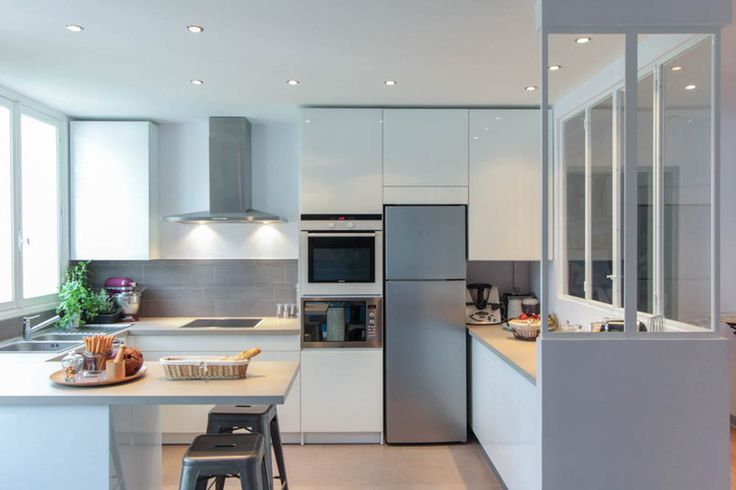 Malgré les beaux volumes traversant de cet appartement parisien, la cuisine se trouvait coupée de l'espace de vie par des cloisons : grâce à La Décorruptible, la voilà redevenue une pièce centrale communicant avec le salon.
