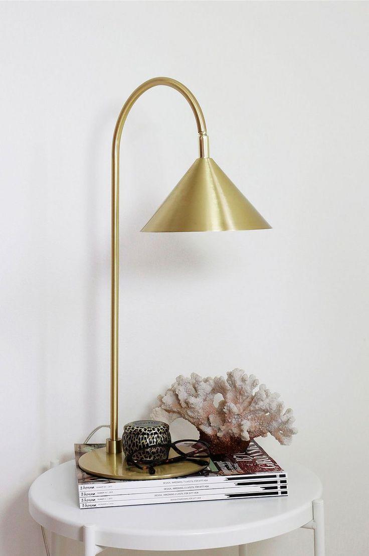 Bordlampe av messingbelagt metall med messingledd. Skjermen har hvit innside samt hvit tekstilledning med bryter.  Høyde 59 cm. Diameter skjerm 20 cm.  Pæreholder GU10, maks 35W.