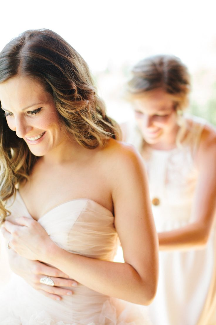 Sister helping her sister get ready for her big day;)   Photography By / http://cluneyphoto.com w sister