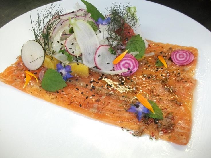 Gravlax de saumon bio, huile de baies roses et gingembre mariné, chiffonnade de fenouil, oignon et agrumes