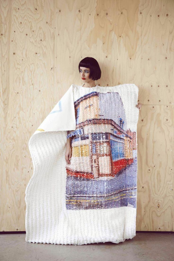 Le travail de Carrie Ann Stein est impressionnant par sa technicité et sa précision. De loin, les vêtements paraissent simplement imprimés. Mais en y regardant de plus près, chaque motif est en fait tissé et tricoté pour représenter des scènes de cartes postales. Les nuances de couleurs et de perspective sont incroyables