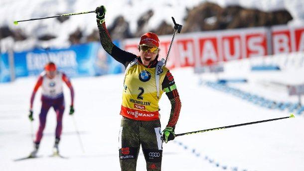 Jubelnd reißt Laura Dahlmeier die Hände nach oben. (Quelle: Reuters)