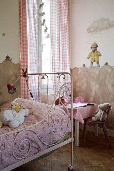 """Con il suo presepe vecchio coperto con una trapunta """"libertà"""" rosa Ikea, piccola rosa percalle controllato tende, il suo fregio pieno di poesia, Marc Chalme camera questa bambina è l'aria di un tempo."""