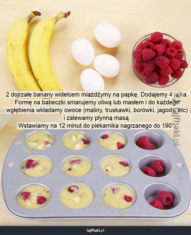 Jak zrobić muffiny w 20 minut - 2 dojrzałe banany widelcem miażdżymy na papkę. Dodajemy 4 jajka. Formę na babeczki smarujemy oliwą lub masłem i do każdego wgłębienia wkładamy owoce (maliny, truskawki, borówki, jagody, etc) i zalewamy płynną masą. Wstawiamy na 12 minut do piekarnika nagrzanego do 190°.