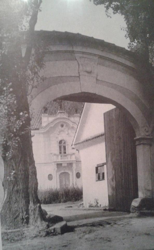 brána do Červeného dvora | FB: Irena Vladařová