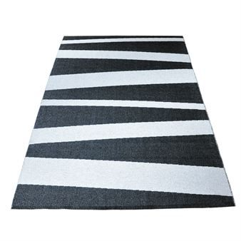 Den fina stora plastmattan Åre i svart och vitt passar perfekt att ha som vardagsrumsmatta då den kommer i en klassiskt vacker design. Plastmattan finns även i mindre storlekar.