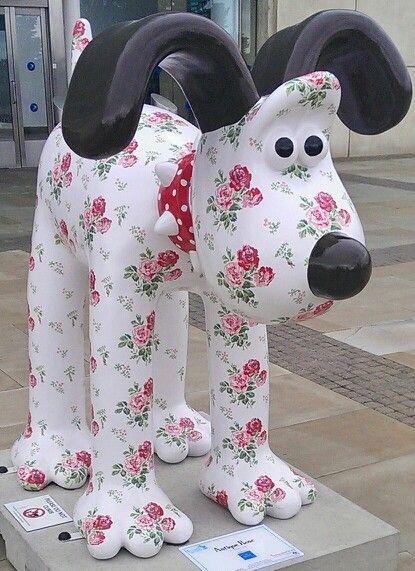 """Bristol, England - Gromit Unleashed 2013 - """"Antique Rose"""" - 70 fiberglass Gromit statues, 3-5 feet high"""