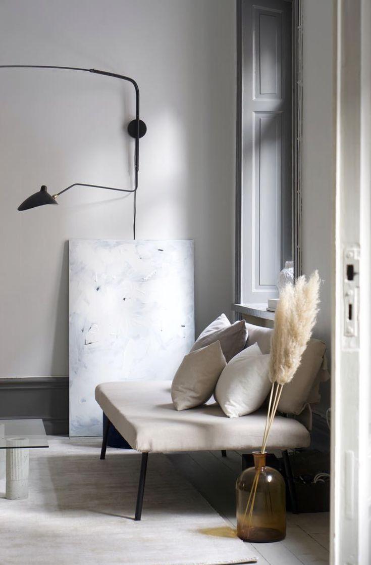 """Inred som Residence-stjärnan! Lovisa Häger har ett bomb-säkert öga för stil och är bloggerskan bakom """"An Interior Affair"""". Vi älskar se att Gotain får klä hennes soffa i form av Kudde. Vävd linne i benvit, är en av flera färger. Alla kuddar och färger ser du på www.gotain.com  #kudde #soffa #vardagsrum  Bildkälla: An Interior Affair"""
