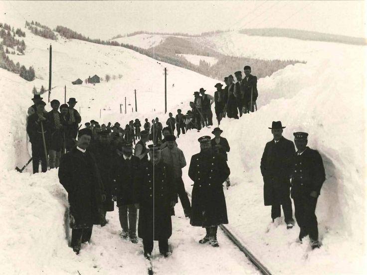 Bild eines Schneeräumtrupps im Jahr 1905.