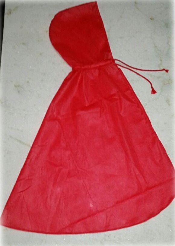 Capa Chapeuzinho Vermelho, fabricada em TNT. <br>Linda opção de lembrancinha de festa infantil. <br>Comprimento total da capa (incluindo o capuz) - 96cm