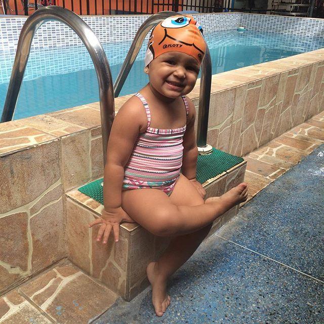 Minha mocinha! Faz 1 ano que começamos a natação e a evolução é significativa  mergulha igual um peixinho  bate as perninhas e fica sozinha no macarrão na barra na escada...próximo passo? Travessia mar grande - salvador  #maternidade #maternando #babybella #babygirl #instababy #momblogguer #instablogger #maesdesalvador #instamaes #mamaeanjo #bellabela #felicidadereina #natacao #peixinho by mamaeanjo