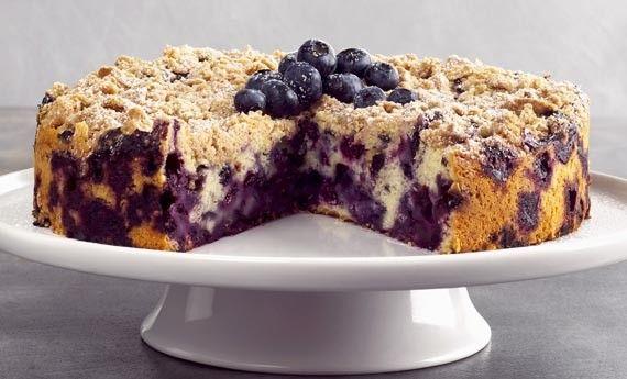 La torta ai mirtilli nella sua versione soffice è un dolce veloce perfetto per una colazione o una merenda golosissima. I mirtilli incorporati nell'impasto creeranno delle piccole gocce dolcissime che vi sorprenderanno ad ogni morso.