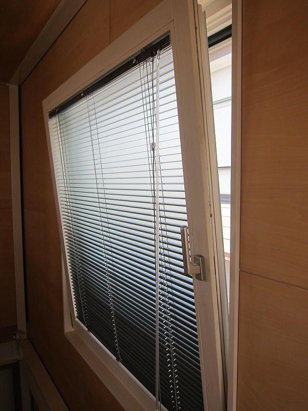 テレビの映りこみを防ぐため 内倒し窓に傾斜窓タイプのブラインドを