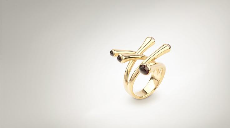 prsten - žluté zlato s českými granáty - pyropy