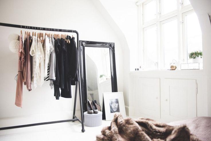 elegant, dezent und minimalistisch - ein offener Kleiderschrank mit Stil