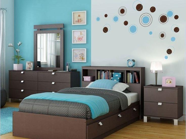 Одна из стен этой спальни имеет бирюзовый цвет. Дизайнер решил «поддержать» его при помощи аксессуаров этого же цвета: прикроватного коврика, будильника и покрывала.