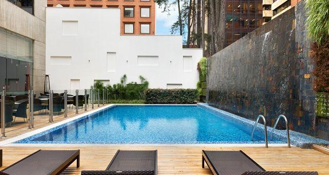Es una piscina en Bogotá, Colombia. La piscina es muy tranquila.