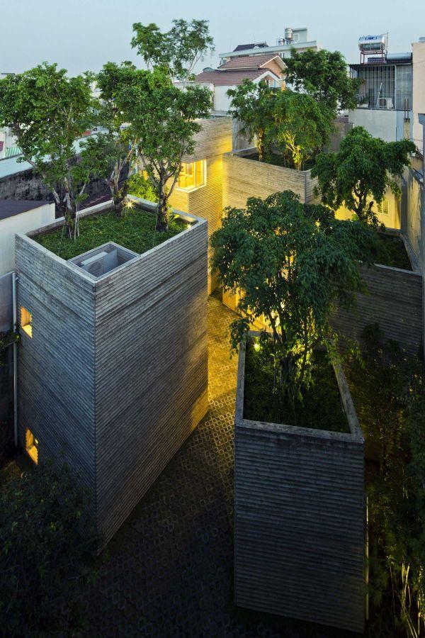 Neobvyklou je najmä kompozícia domu, ktorú tvoria samostatné objemy, prepojené na hornej úrovni len oceľovými lávkami.  #ASB #green #roof