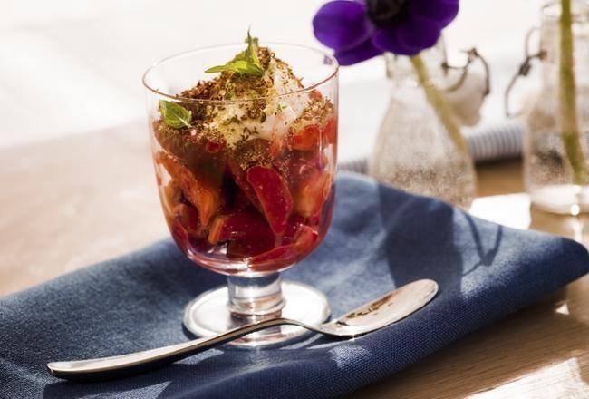 Marinerte jordbær med vaniljekesam tilsmakt med lime