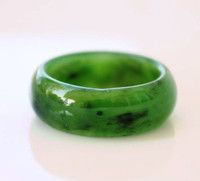 Нефритовое кольцо— привлекает богатство.