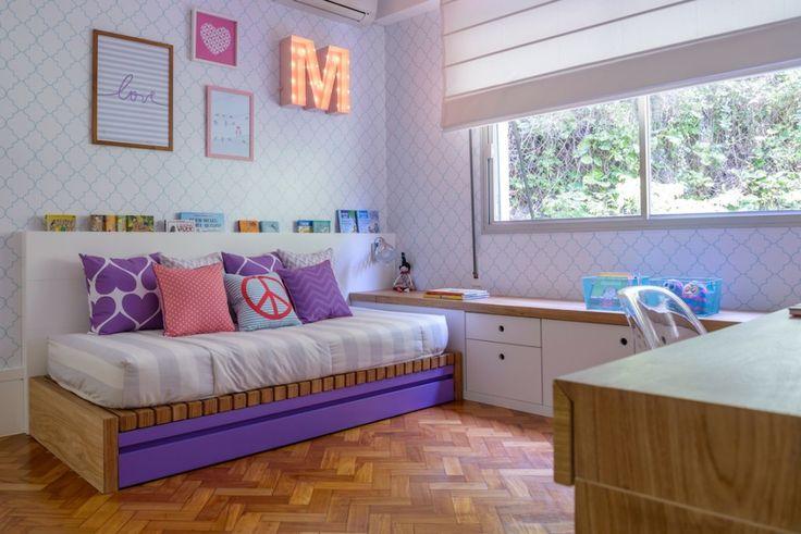 Um ambiente feminino. Bem-vindos ao quarto da menina MANUELA, assinado por ALLISON CERQUEIRA e RENATA FRAGELLI, com as estampas exclusivas da NARA MAITRE.