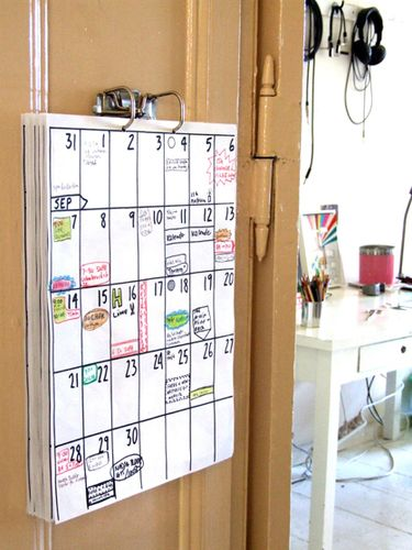 No instructions but the idea is clear - using the mechanism inside a lever arch folder to make a wall calendar: quite like this idea!