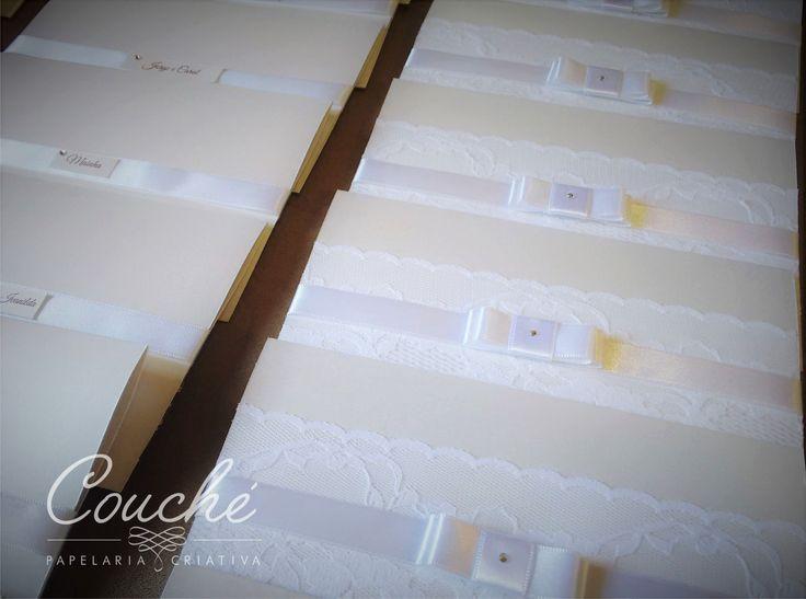 Convites de Casamento. Branco com renda, laço e strass. Papel Aspen Branco Perolado 250g.  couchecriativa@gmail.com