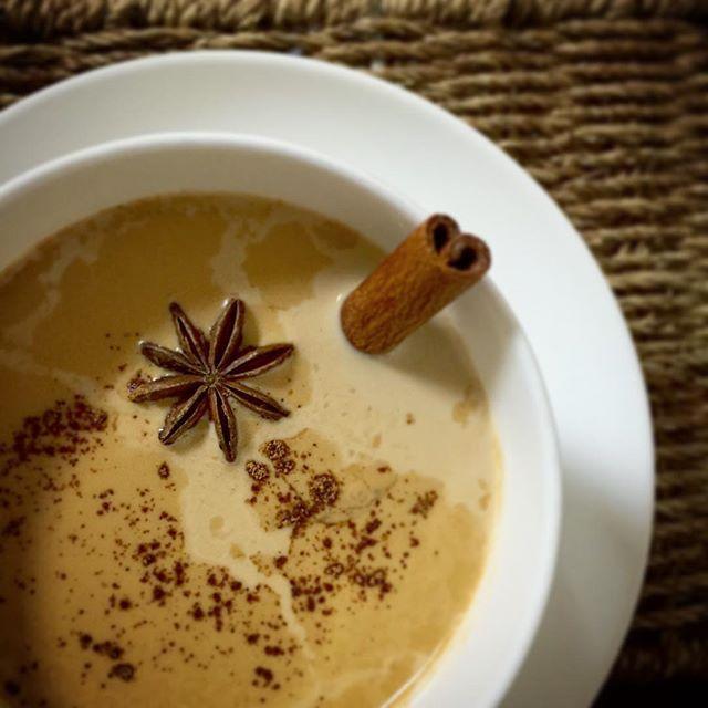 食後の一杯にチャイを作りました☕️ 普通のミルクティーと一味違う エキゾチックな香りが好き シナモン、ジンジャー、クローブ、スターアニス、カルダモンに紅茶  みんな温熱作用のある食品なので じんわりと身体が温まっていい感じ( ´ ` )  #チャイ #紅茶 #ミルクティー #シナモン #ジンジャー #クローブ #スターアニス #カルダモン #スパイス #薬膳 #おうちカフェ #ひとり暮らしごはん #instafood #cookingram #delistagrammer #chai #料理写真 #料理好きな人と繋がりたい