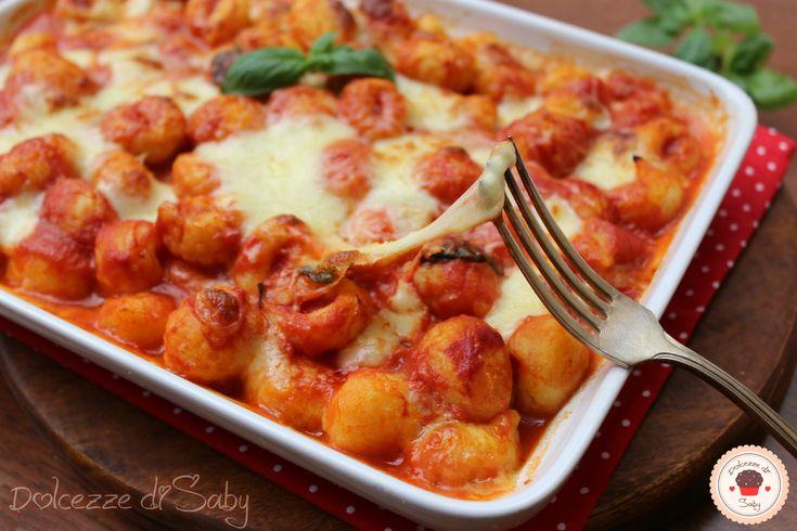 Gli gnocchi alla sorrentina sono un tipico primo piatto italiano conosciuto in tutto il mondo. Sono semplicissimi da preparare e molto buoni, io ho usato d