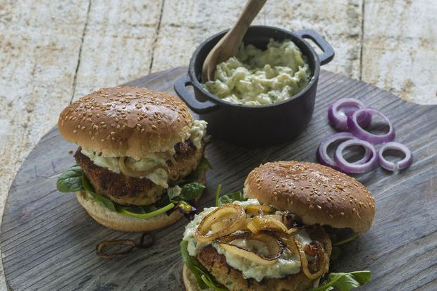 Noten-kwarkburgers met appelsaus (Quark-nuss-burger mit Apfelsoße) - Recepten - Culinair - KnackWeekend Mobile