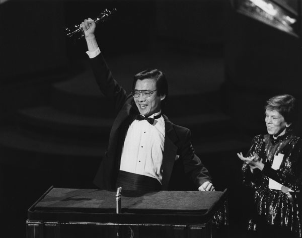 """Best Supporting Actor Haing S. Ngor (""""The Killing Fields"""") with presenter Linda Hunt."""