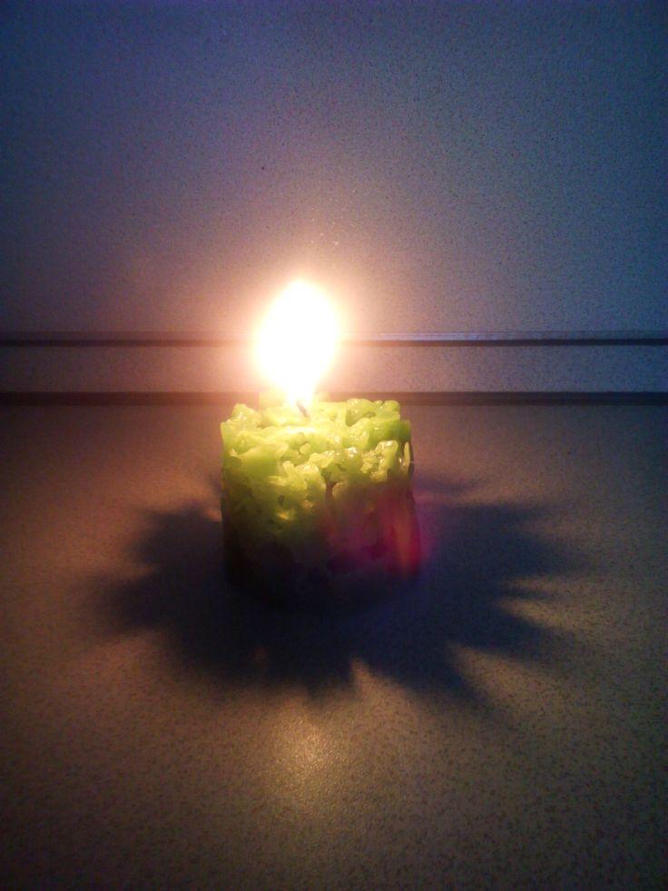 Вот такую тень дают ажурные свечи.